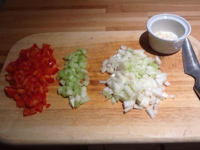 Dados los otros 2 cebollas junto con el pimiento rojo, el apio y 2 dientes de ajo