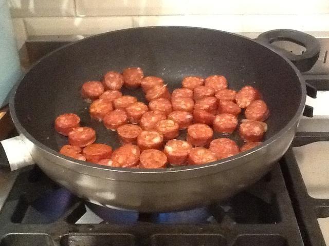 Ponga la cucharada restante de aceite en la sartén y cocinar el chorizo durante 3-4 minutos hasta que comienza a cambiar de color.