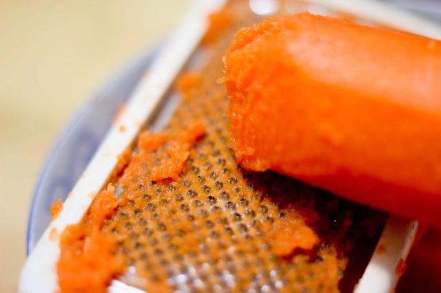 Algunas recetas incluyen zanahorias tierra o daikon rábano. Añade una capa extra de textura y dulzura natural sutil. Por encima de las zanahorias es de tierra y la herramienta que se utiliza para hacer la textura sedosa fina ...