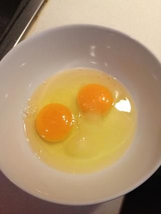 Yo uso 2 huevos extra grandes. Para aquellos con huevos normales utilizar 3. Agregar el azúcar y la sal a los huevos.