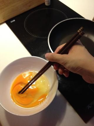 Batir los huevos para combinar.
