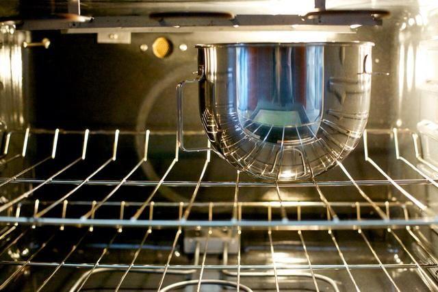 Dejar la masa crecer en un lugar cálido durante aproximadamente una hora. Yo suelo dejar en el horno frío.