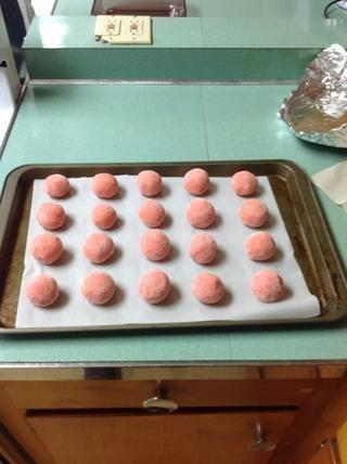 Coloque las bolas de masa de galletas en su bandeja de horno sobre una 1 pulgada de distancia
