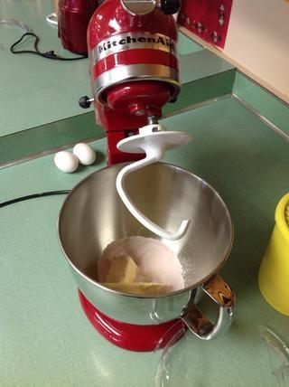 Con una batidora eléctrica batir la mantequilla, el azúcar, la gelatina hasta que esté suave y cremoso