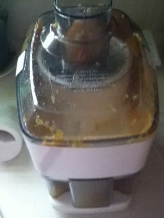 puede utilizar el interior de las naranjas para la ensalada, o hacer lo que hice y el jugo de él! :)