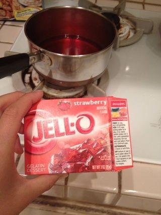 Haga su gelatina. Hice la receta Jigglers por lo que los jello serían más firme. Nota: 1 paquete (3 oz) sólo se llena 2 mitades de naranja.