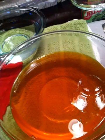 Utilice su taza de medir con un pico vertedor para llenar las copas 2/3 completos.