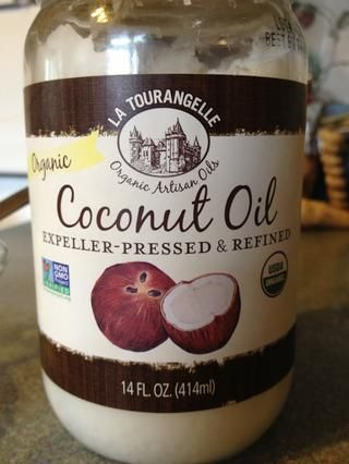 Derrita una cucharada o dos de aceite de coco en un recipiente pequeño.