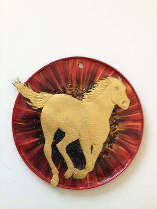 Esta es una gran tapa (de una lata de Goya guayaba (guayaba) pegar). El fondo es de un calendario de pared de imágenes de girasol y el caballo es de una tarjeta de cumpleaños.
