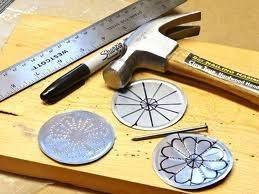 Añadir un martillo y un clavo a la mezcla y las posibilidades se expanden aún más.