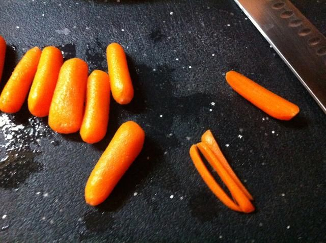 Mientras que's cooling. Work on what's going to fill the sushi. We sliced some carrots.
