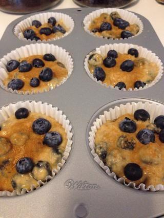 Vierta la mezcla en el molde para muffins, espolvorear ligeramente con la mezcla de canela / azúcar, y presione unas cuantas bayas adicionales en la parte superior! Hornee en el centro de la rejilla del horno durante 20-30 minutos. Mina tomó 28 minutos.