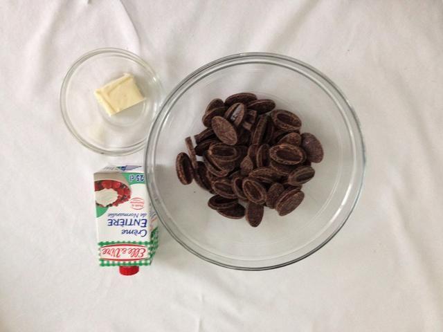 Eso es lo que necesita para el ganache. 200 choclate g, 25 g de mantequilla, 250 g de nata (25 cl)