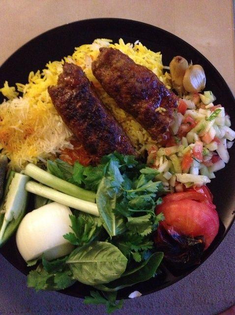 Cómo hacer Kabab Koobideh, Tadiq Pollo, & Salad Shirazi Receta