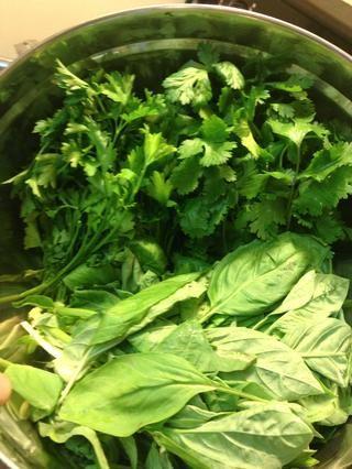 Sabzi = verde. Sabzi es una mezcla de hierbas que se come a puñados formó parte de la siguiente- albahaca, cilantro, perejil, estragón, menta, fenogreco, cebollino, eneldo, etc ... Básicamente cualquier hierba verde!