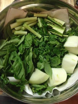 Mi sabzi consistió en la albahaca, el perejil, el cilantro, la cebolla verde, cebolla en rodajas y algunas jalepenos rodajas. Cubra con una toalla de papel húmeda y mantener en la nevera hasta el momento de servir, preparación hasta 2 horas de antelación