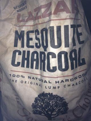 Carbón en trozos Mesquite: agrega un gran sabor ahumado, carbones trabajarán, incluso de gas, pero prefiero esto para el sabor.
