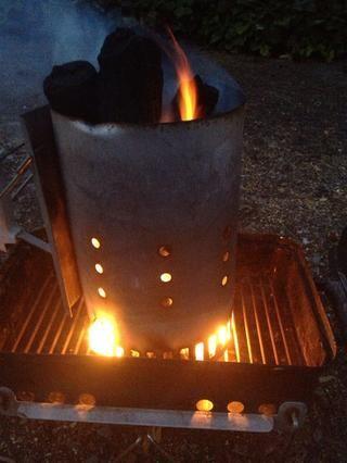 Comience su chimenea. Deje que los carbones queman mientras que ensamble el kebab y fríe el Tadiq.