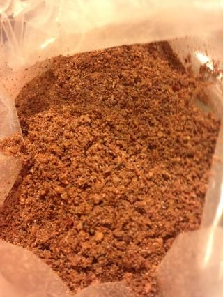 Sumac-una baya astringente recogió antes de que todo se seca y se vende madura o suelo,'s used as a spice in Middle Eastern cuisine to add a lemony taste, used at table side on rice and kababs.