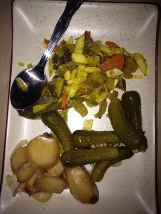 Un lado de los bienes en escabeche es un acompañamiento típico. Tengo Sear Torshi (edad ajo comprobar mi guía en él), Torshi Makhloot (una mezcla de verduras en escabeche), y de Cornichons.