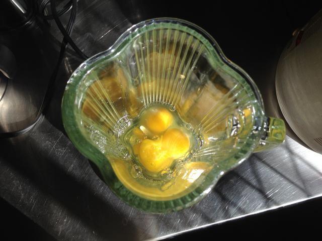 Poner los huevos en una licuadora (o utilice un bol / batidora).