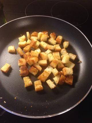 Añadir una pizca de sal, orégano y un diente de ajo picado para darle sabor. Freír hasta que estén doradas