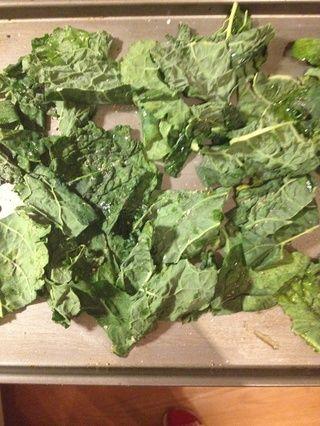 Pelar las hojas de tallo y cortar a través en tiras 1-2 pulgadas