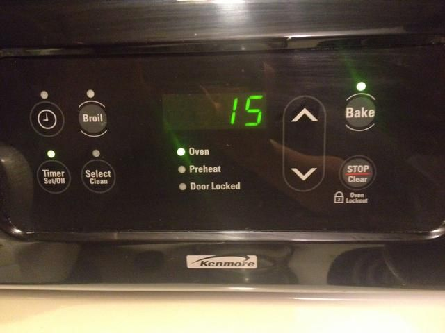 Ajuste el temporizador del horno durante unos 15 minutos. Mantenga un ojo en él, ya que puede quemarse fácilmente.