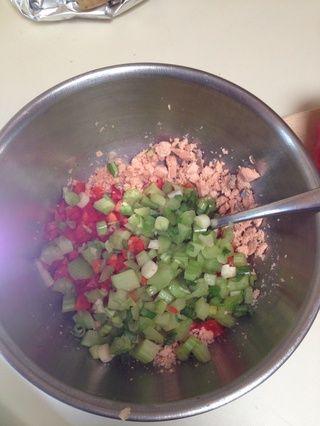 Cortar el salmón, el pimiento, la cebolla verde y el apio en trozos pequeños y añadir juntos en un tazón.