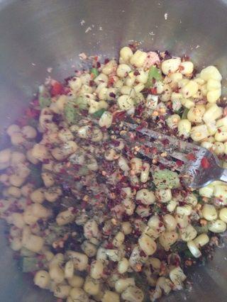 Agregue el maíz, ajo, hojuelas de chile rojo y eneldo. Mezclar bien.