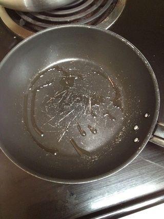 Calentar una sartén con aceite vegetal. Prueba de calor con la gota de aceite que debe chisporrotear
