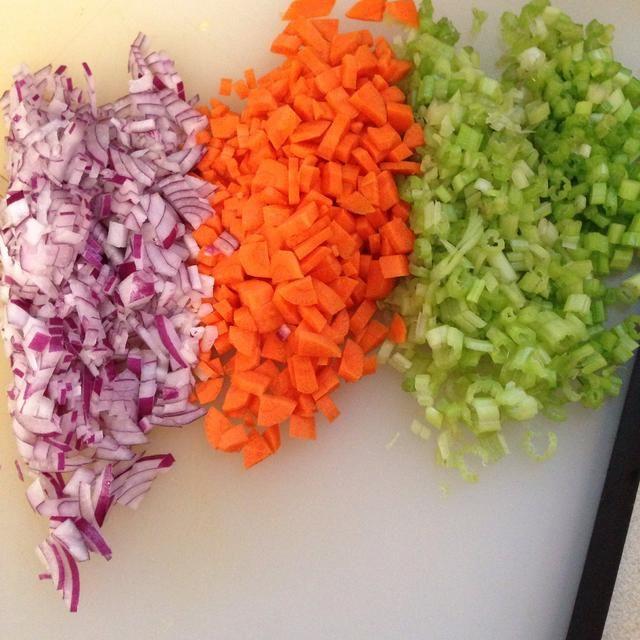 Picar la vegez y añadir a una olla con mantequilla o aceite de oliva
