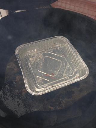 Consejo: para mantener las costillas húmedas añadir una cacerola de aluminio lleno de agua entre el ladrillo de fuego y la parrilla.