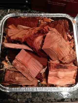 Me gusta remojar mis patatas fritas y trozos de madera la noche anterior al humo. Hickory es el estándar de oro para el cerdo a la barbacoa. Me gustaría añadir algunas otras maderas dulces al fuego también.