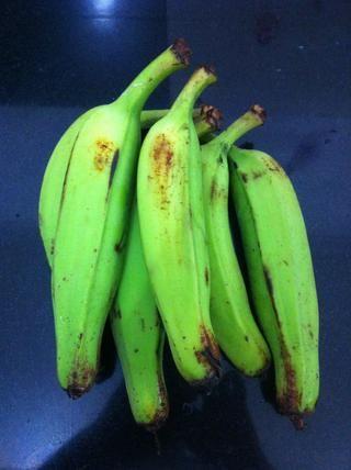 Obtener plátanos primas frescas. Las maduras también pueden ser utilizados, si utiliza plátanos maduros los chips tendrán un dulce sabor