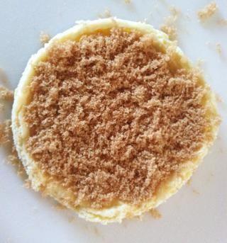 Coloque pastel en pollos de engorde y, dejando la puerta abierta, ver de cerca, mientras que el azúcar comienza a derretirse y burbuja 5-7 minutos. Don't let the sugar darken too much - it will be hard and bitter.