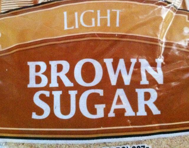 Mida 1 taza de azúcar morena.
