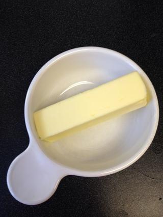 Obtenga su mantequilla y poner en un recipiente apto para microondas. Nuke durante unos 30-35 segundos para fundir.