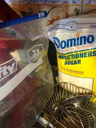 También necesitará un poco de confitería's sugar and a large ziplock.