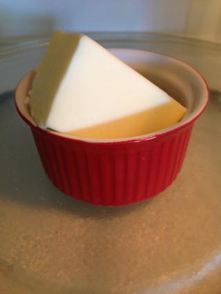 Derretir la mitad de una barra de mantequilla.