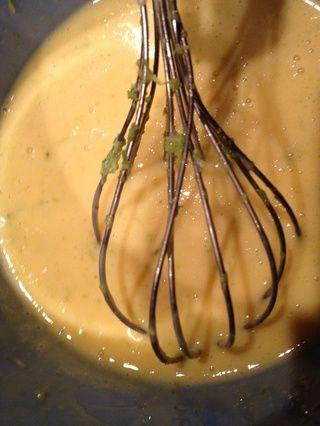 Mezclar la yema de huevo, condensar la leche, la ralladura de lima juntos de manera uniforme. Y por supuesto, el jugo de limón !!