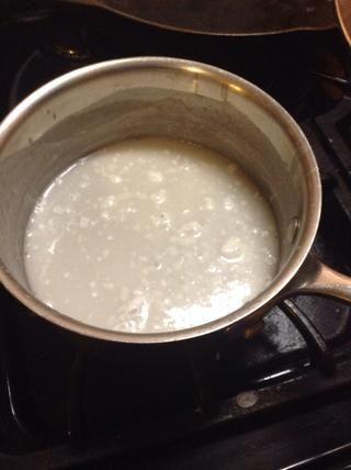 Siguiente mezcla media taza de leche de coco, 1 cucharada de azúcar, 1/4 cucharadita de sal, una cucharada and1 de harina de tapioca / almidón. Ponga a hervir en una olla pequeña, revolviendo con frecuencia, y luego retirar del fuego.