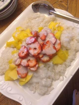 Arroz Spread en plato grande y la cubierta con mangos (fresas son opcionales). Entonces los pobres de tapioca / leche de coco salsa por encima.