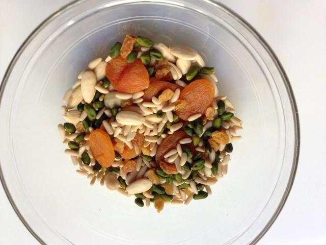 Ponga todos los frutos secos y frutos secos en un bol y remojar en agua hirviendo durante unos 30 minutos