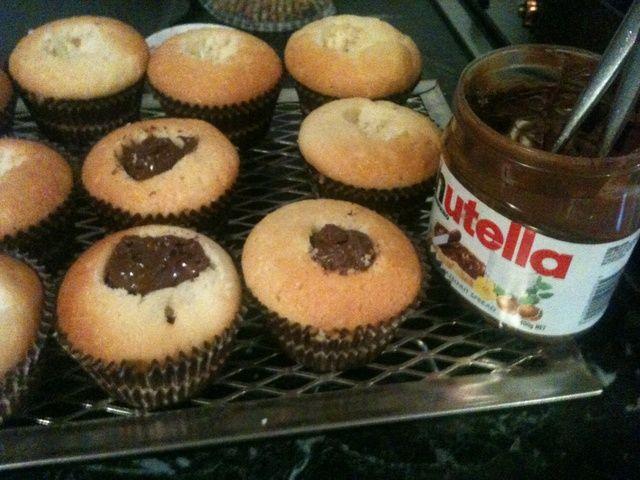 Rellene los agujeros de la magdalena con una cucharadita / cucharadita y media de Nutella.