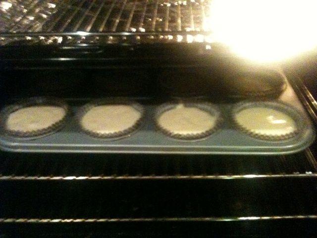 Utilice 2 cucharas de llenar los cupcakes 2/3 de la manera por completo, a continuación, el pop en el horno durante 20ish minutos, o hasta que estén doradas. Meter algo en ellos para comprobar si're cooked through. I used a chopstick.