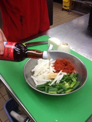 Añadir la salsa de pescado. (He usado alrededor de media taza aquí.)