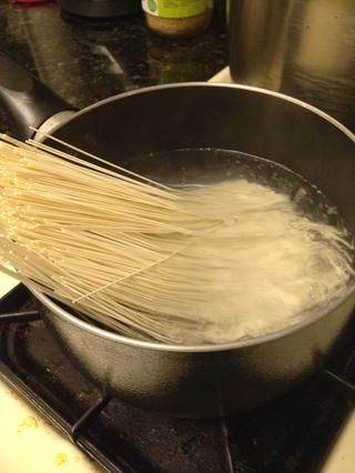 Publique sus fideos. Grueso ness doesn't really matter but this dish is usually prepared with very thin noodles. MAKE SURE THAT YOU USE RICE NOODLES. Any kind of Korean/Japanese noodles.