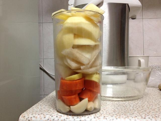 Cortar el ajo, zanahoria, jengibre, pera y manzana en trozos pequeños.