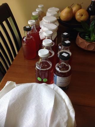 Durante esta segunda fermentación, puede que tenga que aflojar y apretar las tapas de botellas para liberar parte de la presión que se acumula en la botella debido a la fermentación.